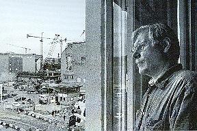 Ulrich Baehr im Atelier am Checkpoint Charlie